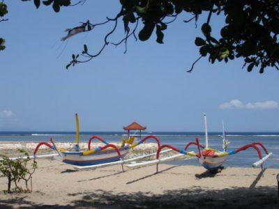 Kleurrijke bootjes op het strand van Bali
