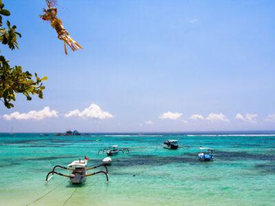 Azuurblauwe zee voor de kust van Nusa Lembongan, Indonesie