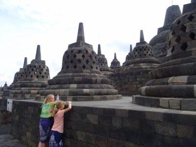 Kinderen op de foto met de Borobudur in Java