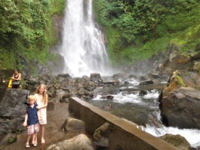 Kinderen bij de Gitgit-waterval op Bali, Indonesie