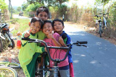 Kinderen langs de weg op Lombok, Indonesie