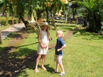 Kinderen in de tuin van het tempelcomplex bij Bedugul op Bali, Indonesie