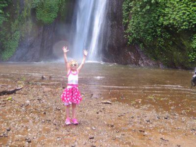 De kinderen kunnen lekker spelen bij de Git-Git waterval op Bali, Indonesie