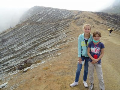 Kids op de top van de Ijen vulkaan in Java