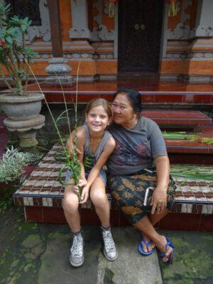Meisje met lokale Balinese vrouw