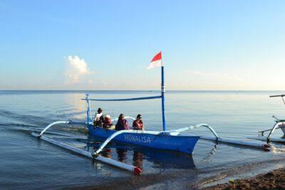 Varen voor de kust van Lovina, Bali Indonesie