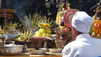 Bij een tempel op Bali, Indonesie