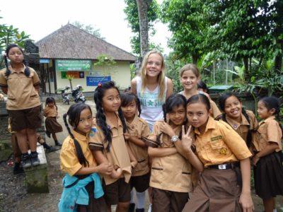 Kinderen op bezoek bij lokaal Balinees schooltje