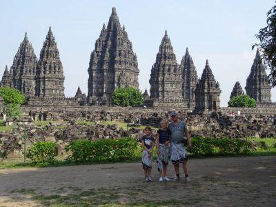 Familiefoto voor de Prambanan in Java