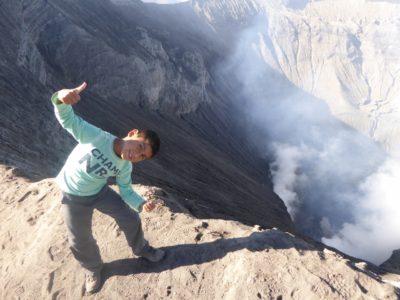 Kind voor de krater van de Ijen vulkaan op Java