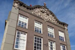 Het pand van KidsReizen met monnik op het dak
