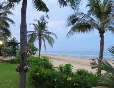 Relaxen aan het strand van Pranburi, Thailand