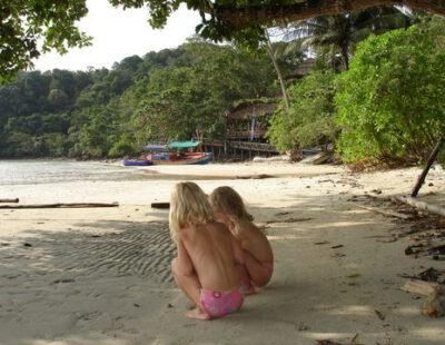 Kinderen genieten op het strand in Koh Chang