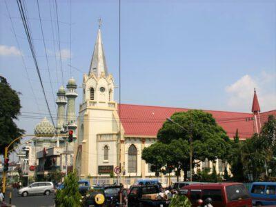 Midden in het centrum van Malang vind je de bekende kerk, Java, Indonesie