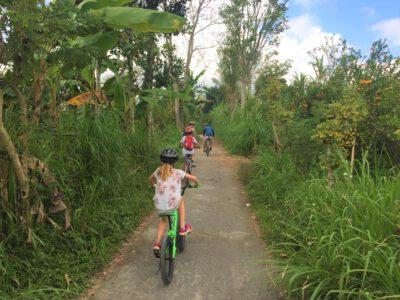 Op Bali met de kinderen fietsen, Indonesie