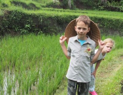 Samen met de kinderen de plantage van Ibu Hartik ontdekken bij Kalibaru, Java, Indonesie