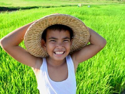 Vriendelijke kindjes op Bali lachen je toe, Indonesie