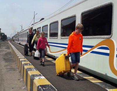 Samen met de trein richting Malang op Java, Indonesie