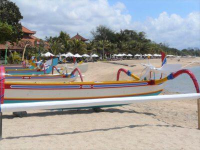 Kleurrijke bootjes op het strand van Sanur op Bali, Indonesie