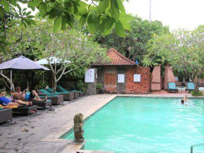 Lekker zwemmen in het zwembad bij het hotel in Sanur, Bali, Indonesie