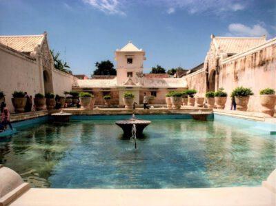 Het mooie waterpaleis waar de sultan met zijn 99 vrouwen woonde in Jogyakarta
